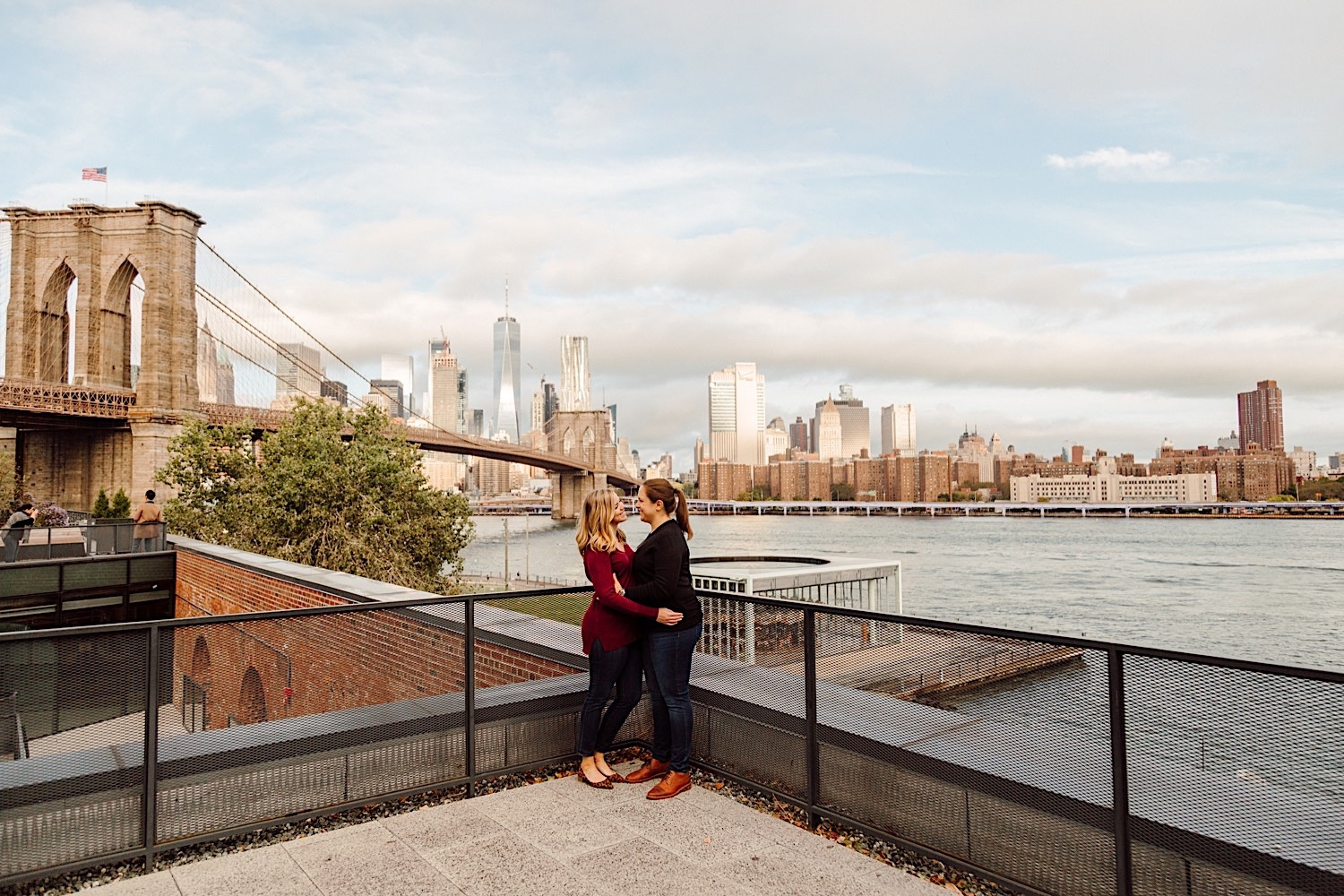 NYC Skyline, NYC Wedding Photographer, Couple kissing with NYC skyline in the background, rooftop photos brooklyn, nyc engagement pics